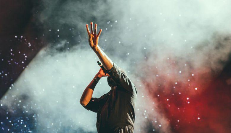 Foto de persona cantando