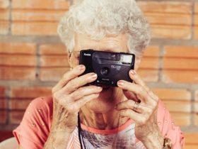 Foto de abuela con una cámara en las manos