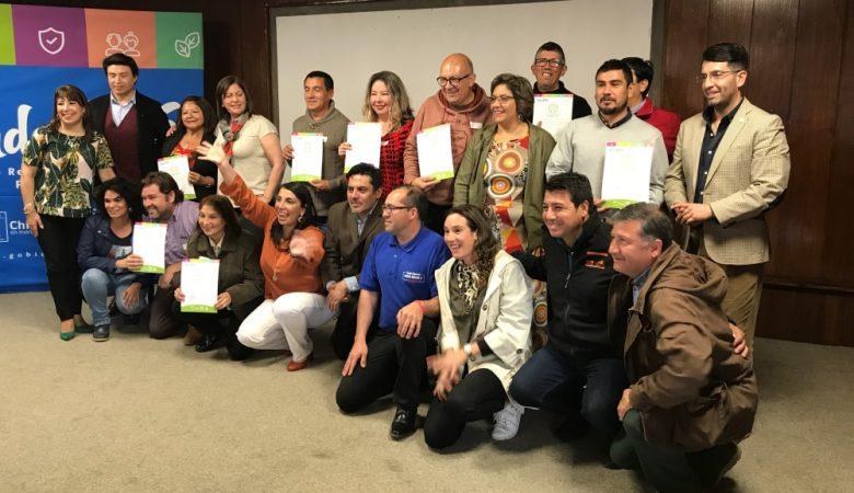Foto de personas recibiendo un diploma