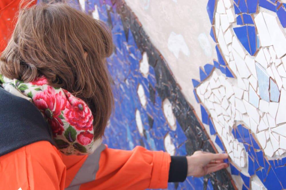 Foto de persona pegando cerámica en un muro