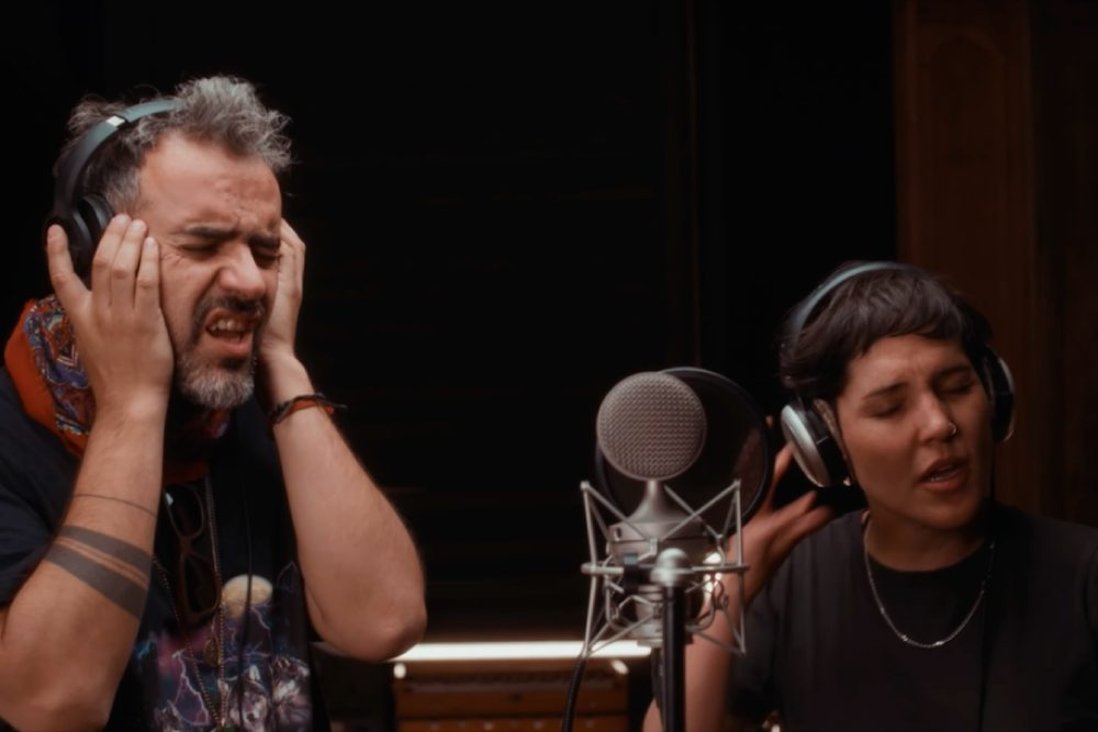 Foto de personas cantando