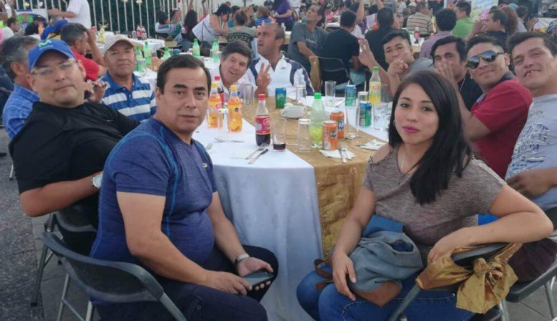 Foto de personas sentadas en una mesa