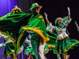 Personas bailando folklor