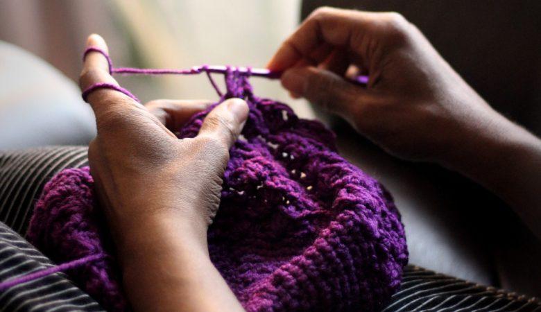 Foto mujer tejiendo en Puente Alto