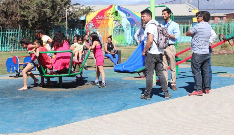 Niños jugando en nueva plaza pública de puente alto