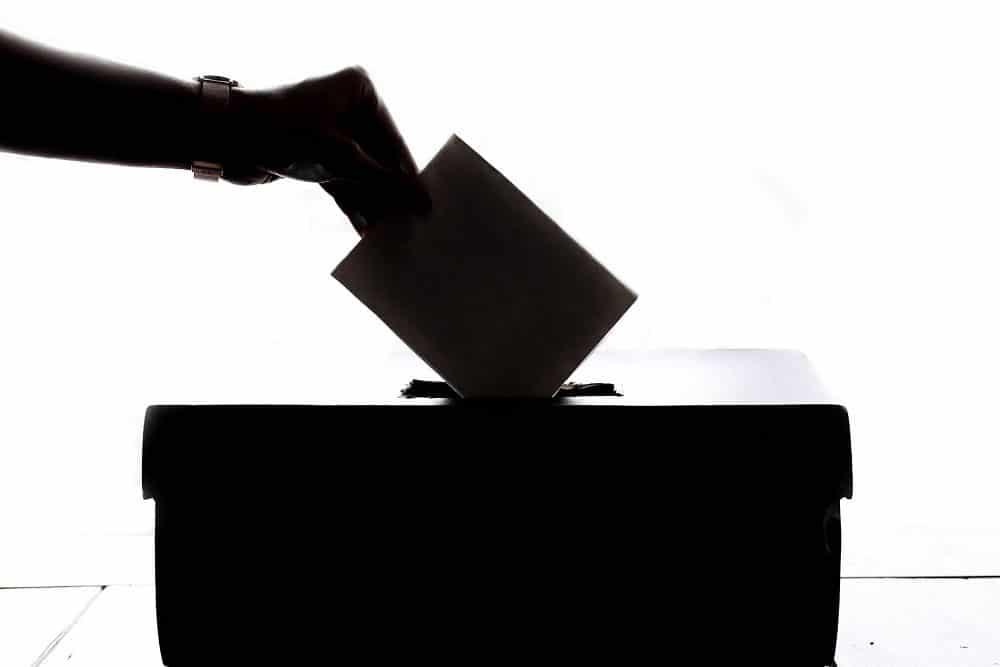 Foto de persona votando