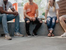 Foto de personas conversando