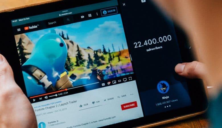 Persona viendo video en youtube