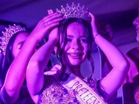 Foto de ariela reyes, recibiendo su corona por ganar concurso de belleza