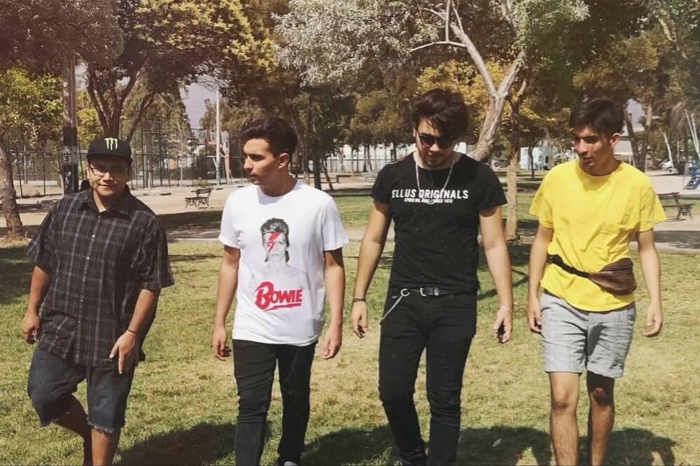 Foto de cuatro personas caminando en un parque de Puente Alto
