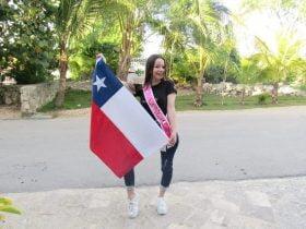 Foto de joven sosteniendo una bandera de chile