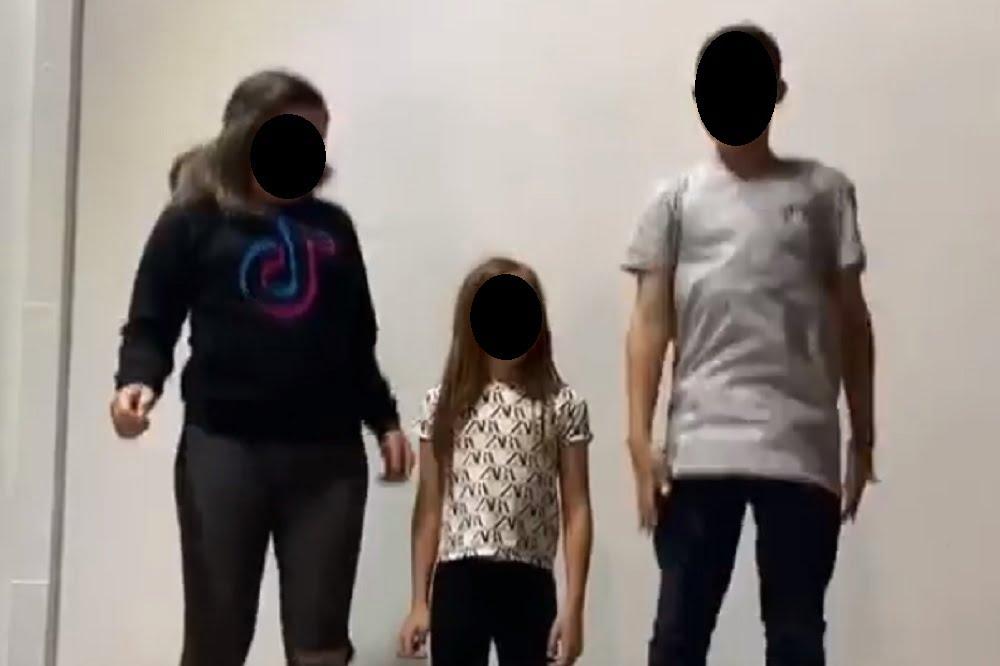 Foto de tres personas saltando levemente al interior de una casa