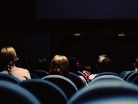 Foto de personas en cine
