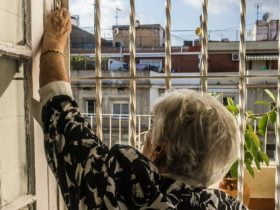 Foto de persona mayor abriendo la ventana