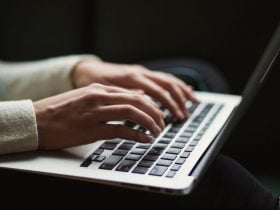Foto de persona utilizando un computador