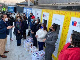 Foto de personas recibiendo donacion de cmpc