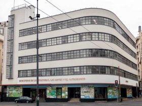 Foto de edificio color blanco del ministerio de las culturas