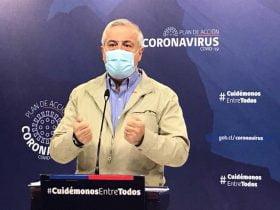Foto de ministro de salud jaime mañalich hablando en cadena nacional