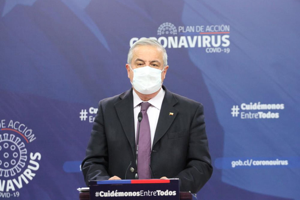Ministro de salud jaime mañalich hablando en podium