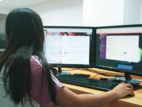 Foto de persona utilizando computador