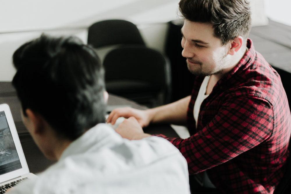 Foto de personas jóvenes conversando
