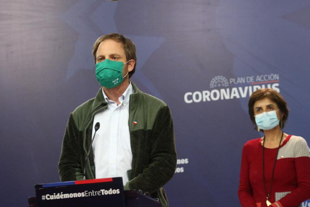 Autoridades en podium, entregando nuevo balance de coronavirus