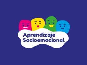 Portada del programa de mineduc de apoyo socioemocional, en la foto aparecen figuras de colores con ojos, nariz y boca