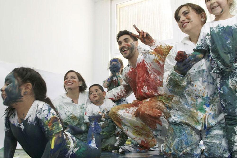 Foto de niños jugando con pintura para programa de tv de junji