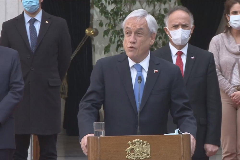 foto de presidente piñera anunciando cambio en ministerios