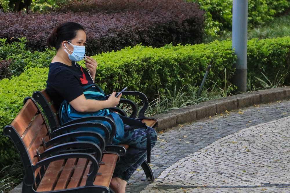 Foto de persona sentada en la banca de un parque - Puente Alto