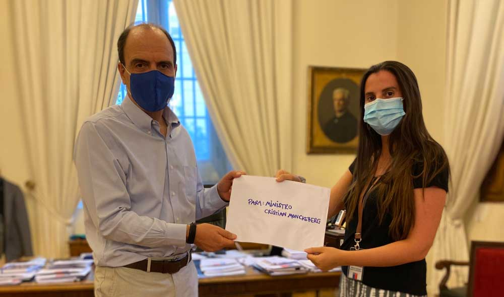 Foto de Bernardita Paul, Concejal de Puente Alto y Ministro Monckeberg sosteniendo una carta