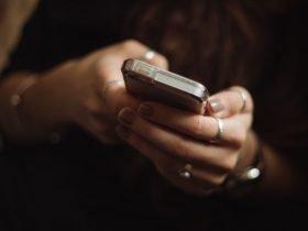 Persona utilizando su celular, portada de noticia en Somos Puente Alto