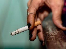 Persona sosteniendo un cigarrillo, portada de noticia en Somos Puente Alto